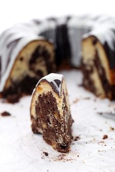 Porción de delicioso pastel con chocolate