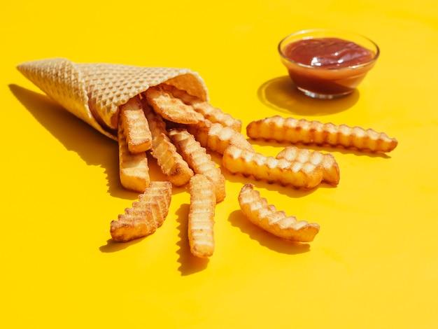 Porción de papas fritas con salsa de tomate
