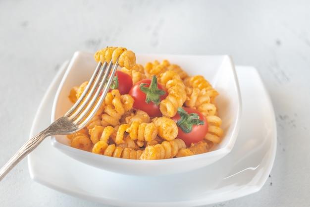 Porción de pasta con tomate y pesto de ricota