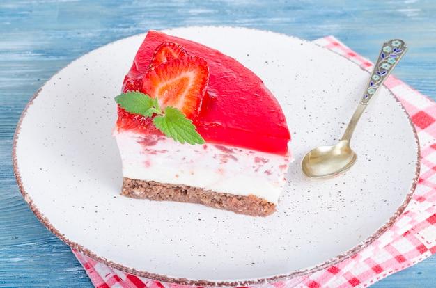 Porción de pastel de queso cottage con fresas frescas y mermelada de fresa