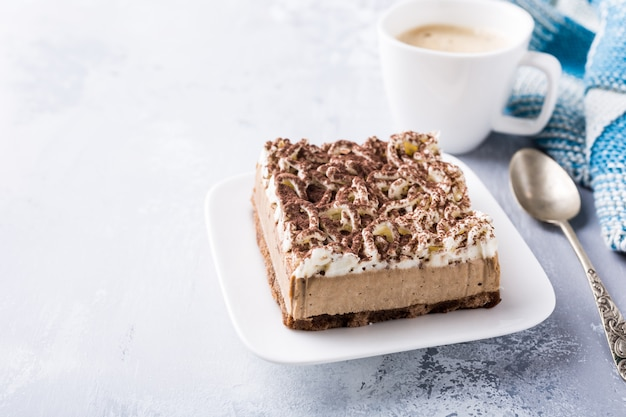 Porción de pastel semifreddo, delicioso postre de chocolate.