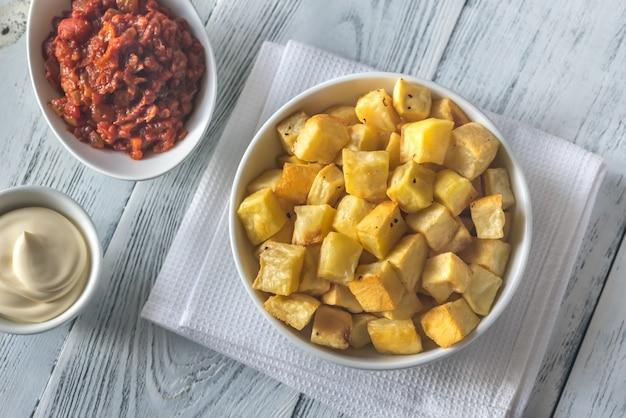 Porción de patatas bravas con salsas