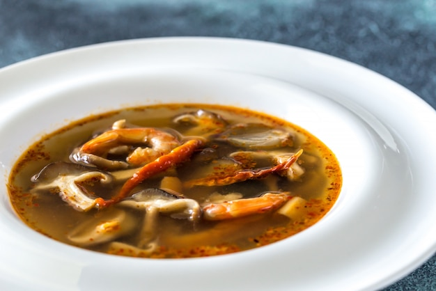 Porción de sopa thai tom yum