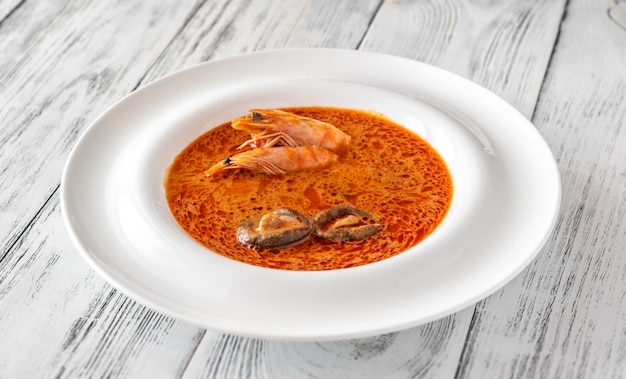 Porción de sopa tom yum