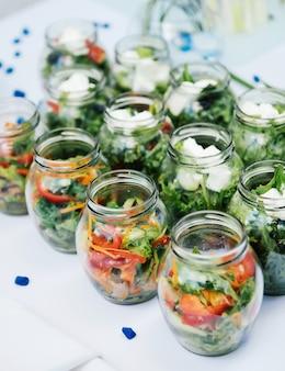 Porción de verduras frescas que sirven festivo en una mesa blanca