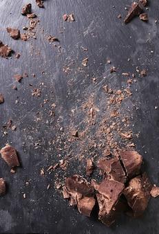 Porciones de chocolate en mesa de madera