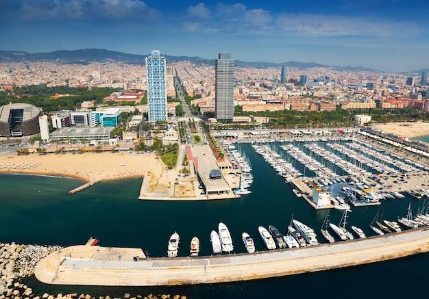 Port olimpic desde helicóptero. barcelona
