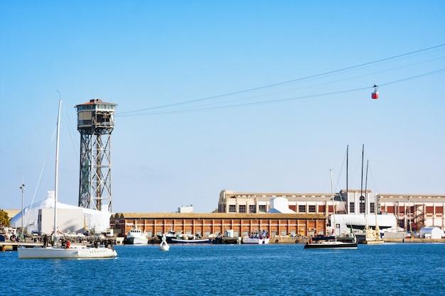 Port vell en barcelona con el centro comercial maremagnum y la torre del teleférico