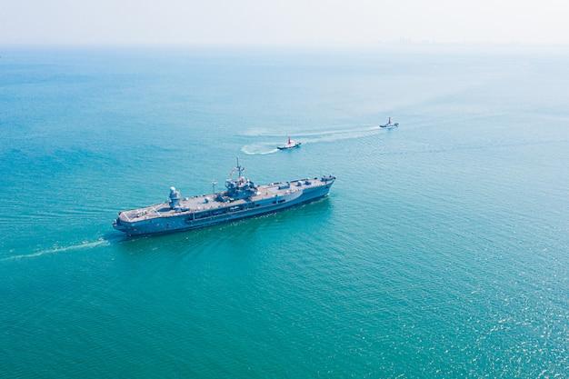 Portaaviones de la armada en mar abierto vista aérea del acorazado, transporte marítimo militar, helicóptero de rescate de la armada militar a bordo de la cubierta del acorazado