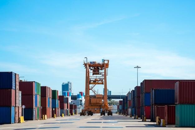 Portacontenedores en área logística de negocios de importación y exportación