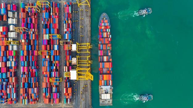 Portacontenedores trabajando en puerto industrial, logística de importación y exportación de empresas y transporte internacional