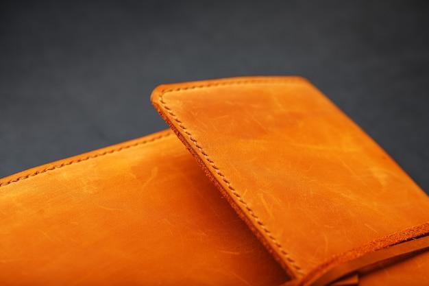 La portada del álbum está hecha de cuero genuino marrón, elementos hechos a mano de primer plano de un producto de cuero.