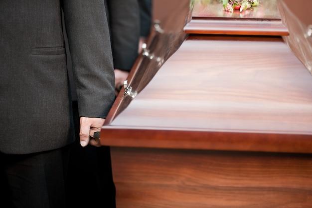 Portador de ataúd llevando ataúd en el funeral