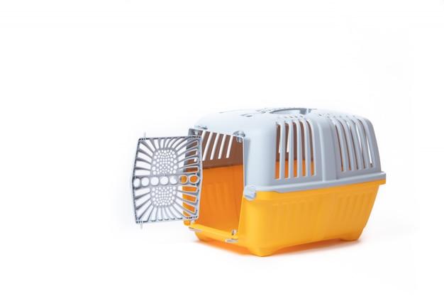 Portador para gatos y perros pequeños aislados en blanco