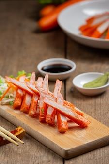 Portaobjetos frescos de palitos de cangrejo con salsa y wasabi