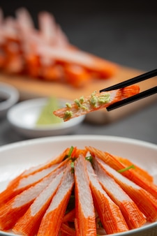 Portaobjetos frescos de palitos de cangrejo con wasabi y salsa de soja