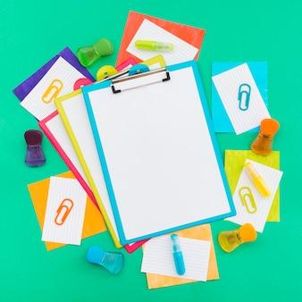 Portapapeles y artículos de papelería del día mundial del orgullo feliz
