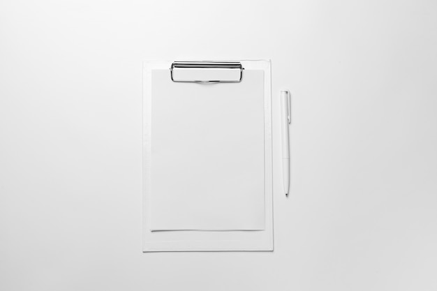Portapapeles blanco con hoja de papel en blanco y bolígrafo