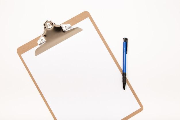Portapapeles en blanco simulacro y pluma aislado sobre fondo blanco. bloc de notas blanco