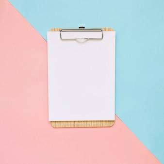 Portapapeles en blanco sobre fondo de color pastel, estilo mínimo