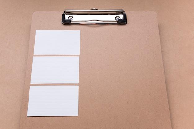 Portapapeles copia espacio y tarjetas blancas