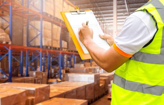 Portapapeles de explotación de trabajador de almacén