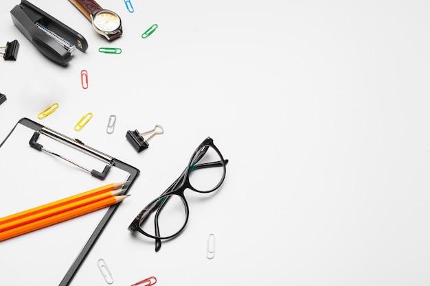 Portapapeles con hoja blanca y bolígrafo aislado en blanco