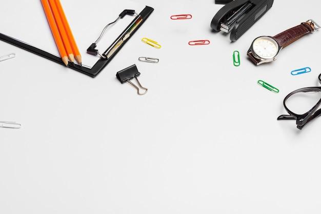 Portapapeles con hoja blanca y bolígrafo