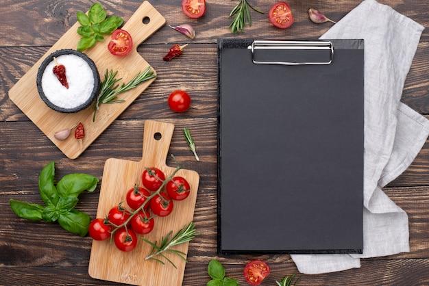 Portapapeles con ingredientes en la mesa