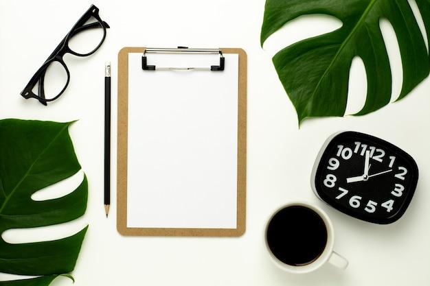 Portapapeles y libro blanco sobre fondo blanco escritorio de oficina.