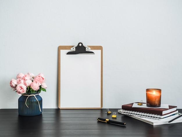 Portapapeles con página vacía en blanco sobre mesa