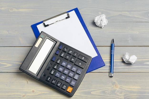 Portapapeles con papel en blanco para espacio de copia y suministros en mesa de madera