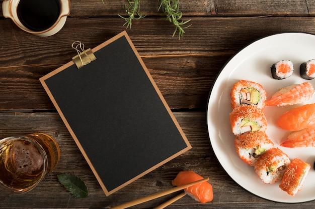 Portapapeles con sushi y copiar y pegar