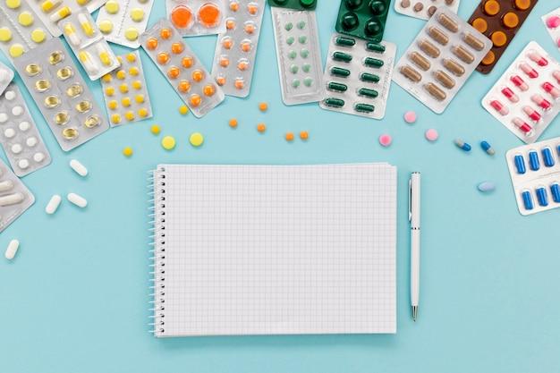 Portapapeles con tabletas de pastillas al lado