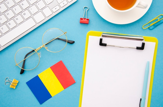 Portapapeles vacío junto a la bandera rumana