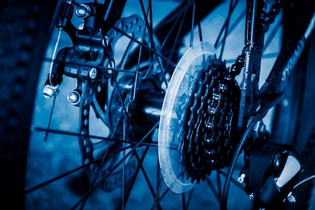 Portarretrato de engranajes y cadena en una bicicleta de carreras