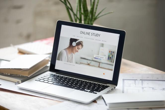 Portátil abierto en el escritorio, estudio en línea en la pantalla