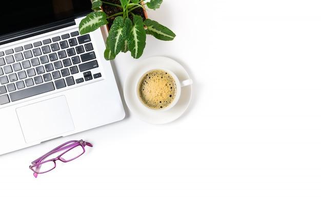 Portátil y anteojos con café negro aislado sobre fondo blanco, vista superior y espacio de copia