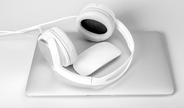 Portátil y auriculares aislados en blanco