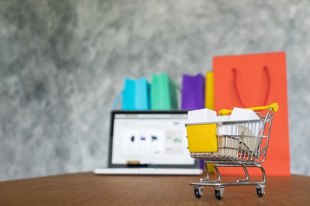 Portátil y bolsas de la compra, concepto de compras en línea