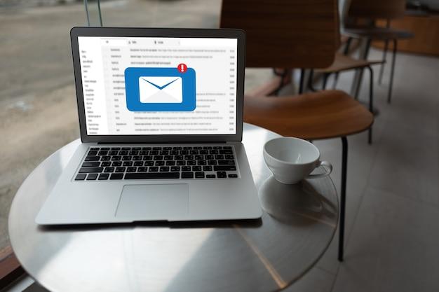 Portátil con correos en un café