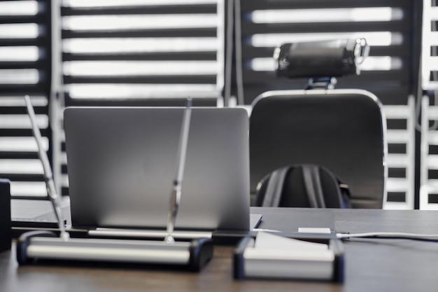 Portátil en el lugar de trabajo de oficina. lugar de trabajo comercial para jefe, jefe u otros empleados. cuaderno sobre la mesa de trabajo.