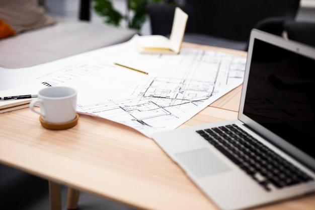 Portátil moderno de alto ángulo en maqueta de oficina