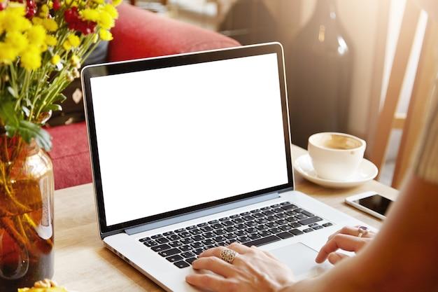 Portátil con pantalla en blanco en blanco