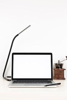 Portátil con pantalla vacía en la mesa de trabajo
