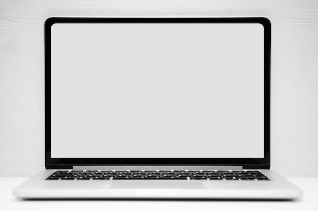 Portátil de plata con un lugar para simulacro, copia espacio sobre un fondo blanco.