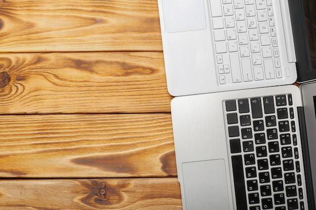 Portátiles en el escritorio de madera de trabajo