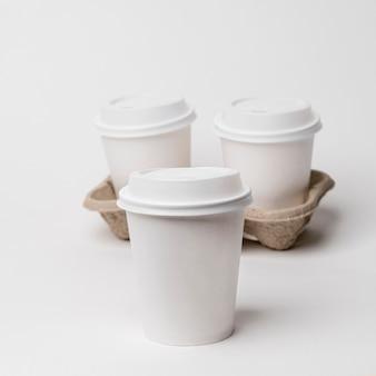 Portavasos de ángulo alto con tazas de café