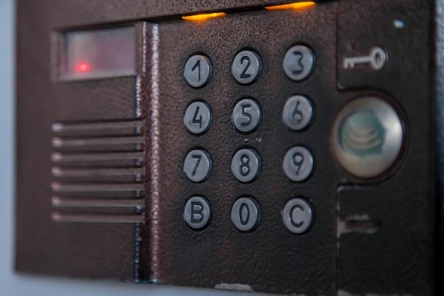 Portero automático para bloquear en edificio residencial de apartamentos. panel de timbres en grandes edificios. fondo para su creatividad con una inscripción o logotipo. copia espacio