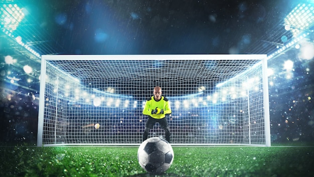 Portero de fútbol listo para salvar un penalti en el estadio